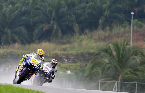 Valentino Rossi, por delante de Jorge Lorenzo.  Foto: Afp Photo / Efe / Reuters