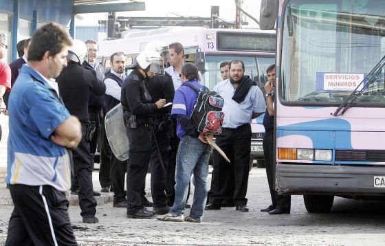 Antidisturbios de la Policía Nacional escoltaron la salida de los garajes de los 19 vehículos que circularon ayer  Foto: Miguel Angel Gonzalez