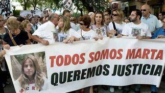 Eva Casanueva besa a su padre, José Antonio Casanueva, antes de iniciar la marcha.  Foto: Antonio Pizarro / EFE