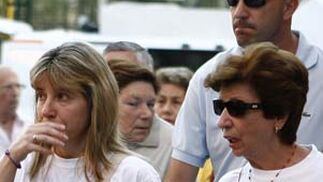 Eva Casanueva acompañada de sus familiares antes de llegar a la manifestación.  Foto: Antonio Pizarro / EFE