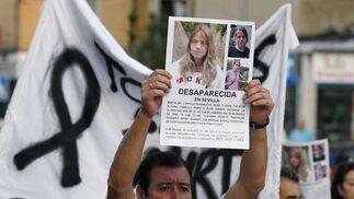 Un ciudadano muestra en alto el cartel de la desaparición de Marta de Castillo.  Foto: Antonio Pizarro / EFE