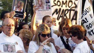 La madre de Marta nerviosa oculta sus lágrimas entre las gafas.  Foto: Antonio Pizarro / EFE
