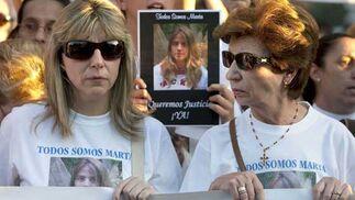 La madre de Marta porta la pancarta y una camiseta con la foto de su hija.  Foto: Antonio Pizarro / EFE