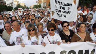 Muchas personas acompañaron a la familia durante la manifestación.  Foto: Antonio Pizarro / EFE