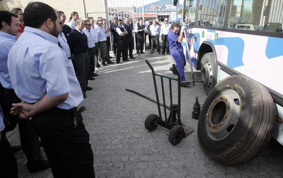 La espera media se calculó en unos 40 minutos, aunque hubo casos en los que al autobús pasó mucho más tarde  Foto: Miguel Angel Gonzalez