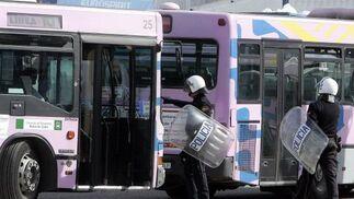 Un policía da órdenes a uno de los conductores que ayer trabajaron durante los servicios mínimos.  Foto: Miguel Angel Gonzalez