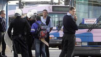 Un agente toma datos a uno de los manifestantes antes de que desalojaran por completo las instalaciones de la concesionaria.  Foto: Miguel Angel Gonzalez