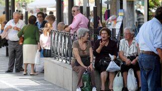 Los pocos jerezanos que ayer llegaron al centro esperan para volver.  Foto: Manuel Aranda