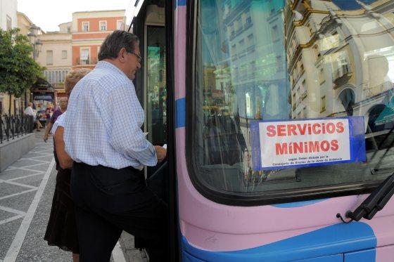 Los viajeros sufrieron los retrasos de hasta cinco horas en algunas líneas.  Foto: Manuel Aranda