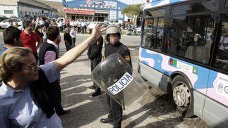 Una trabajadora despide a uno de los conductores cuando éste marchó a su destino a las 11 horas.  Foto: Miguel Angel Gonzalez