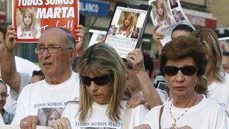 Fueron muchos los vecinos que se echaron a la calle para apoyar a la familia.  Foto: Antonio Pizarro / EFE