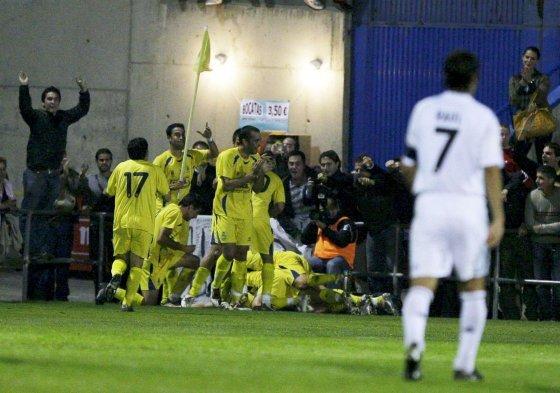 Raúl mira impotente como los jugadores del Alcorcón celebran uno de los goles. / EFE