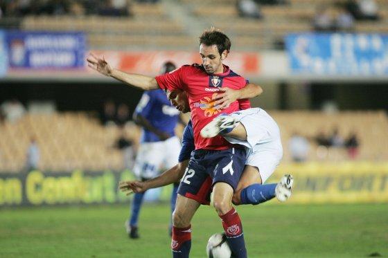 El ex madridista Juanfran le ganó la partida a Armenteros en la primera mitad. Suya fue la jugada del 0-2 que remató Dady después de marcharse con facilidad del jugador azulino.  Foto: Pascual