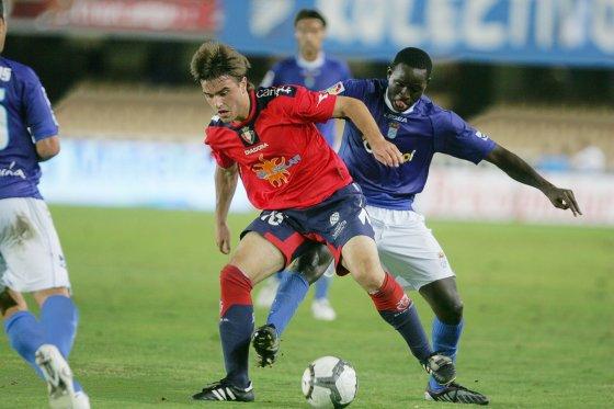 Keita pelea un balón con el joven Jorge Galán.  Foto: Pascual