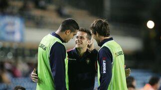 Míchel y Francis saludaron a Camuñas, ex xerecista ahora en Osasuna.  Foto: Pascual
