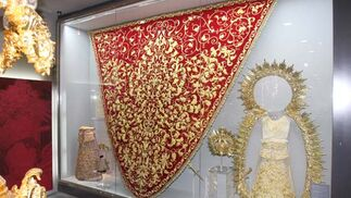 Ajuar de la Virgen del Rosario expuestos en una de las vitrinas.  Foto: Jose Ángel García