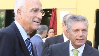 El ex-presidente de la CAM, y quién firmó el convenio con la Hermandad de la Macarena para financiar el nuevo Museo, Vicente Salas, junto al actual presidente, Modesto Crespo.   Foto: Jose Ángel García