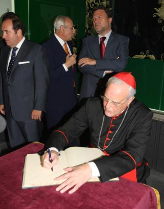 El cardenal Carlos Amigo firma en el Libro de Honor de la Hermandad.  Foto: Jose Ángel García