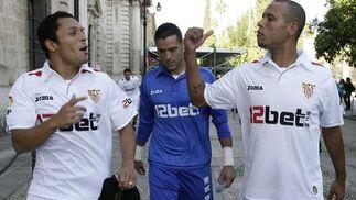 Luis Fabiano y Adriano bromean, mientras Palop camina cabizbajo tras ellos.  Foto: Antonio Pizarro