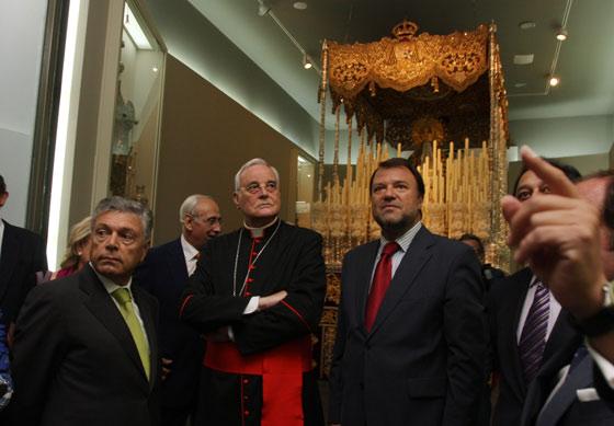 El hermano mayor de la Hermandad, junto al cardenal arzobispo de la ciudad y el alcalde, delante del paso de la Virgen de la Macarena.  Foto: Jose Ángel García