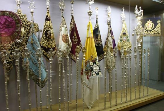 Insignias de la Cofradía expuestas tras las vitrinas.  Foto: Jose Ángel García