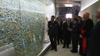 Los asistentes a la inauguración del nuevo museo de la Macarena observan con detalle el manto celeste de la Virgen del Rosario.   Foto: Jose Ángel García