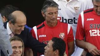 El presidente, José María del Nido, conversa con Adriano en un momento del posado.  Foto: Antonio Pizarro