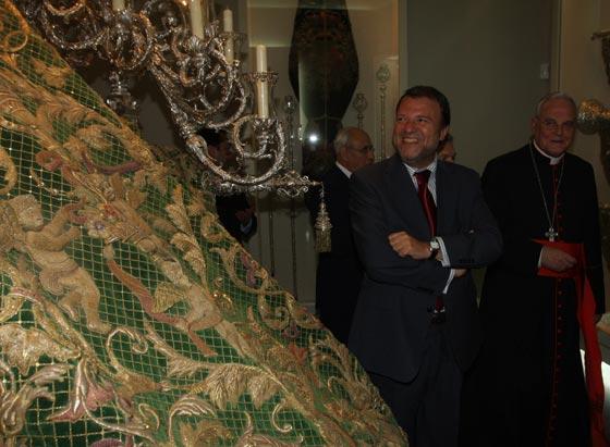 Monteseirín, durante su visita por el nuevo museo, ve entusiamado la trasera de palio.  Foto: Jose Ángel García