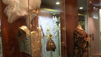 En exposición, ropa de armao de la hermandad y la túnica del Señor de la Sentencia.  Foto: Jose Ángel García