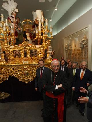 Los asistentes pasan junto al paso del Señor de la Sentencia.  Foto: Jose Ángel García