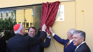 El cardenal de Sevilla descubre la placa conmemorativa por la inauguración del nuevo museo de la Macarena.  Foto: Jose Ángel García