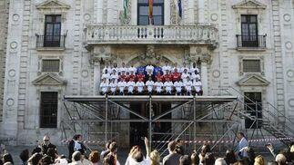 El Sevilla se ha hecho la foto oficial para la temporada 2009/2010 subido a una plataforma con la fachada del Rectorado al fondo.  Foto: Antonio Pizarro