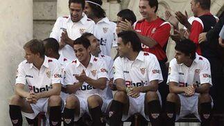 Los futbolistas aplauden tras ser fotografiados.  Foto: Antonio Pizarro