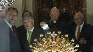 Los presentes en la inauguración del nuevo museo de la hermandad observan la Corona de salida.  Foto: Jose Ángel García