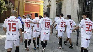 Los jugadores del Sevilla de camino.  Foto: Antonio Pizarro
