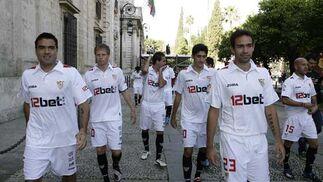 Algunos jugadores del Sevilla tras el acto oficial.  Foto: Antonio Pizarro