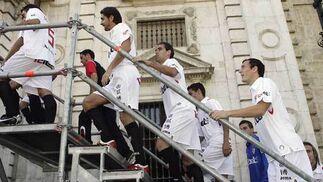 Algunos jugadores suben la escaleras para ascender a la plataforma donde se han hecho la foto oficial instalada junto a la fachada del Rectorado.  Foto: Antonio Pizarro