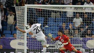 Gonzalo Higuaín chuta con la pierna izquierda para alojar el balón en la portería de Ustari. / AFP Photo