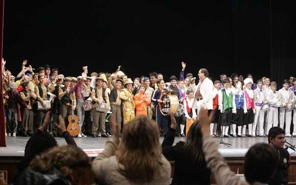 """Los integrantes de las siete agrupaciones finalistas cantaron juntos sobre el escenario el pasodoble """"Me han dicho que el amarillo..."""", de Manolo Santander  Foto: Lourdes de Vicente"""