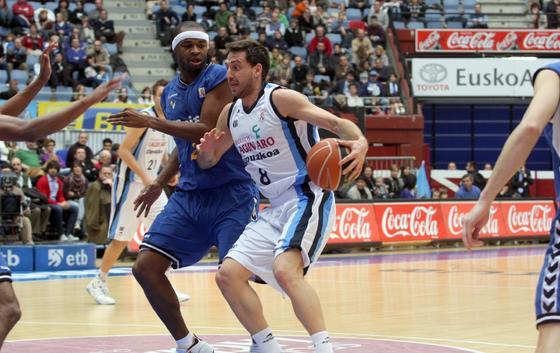 Kirskay, que brilló con sus 16 rebotes, defiende al ex cajista Sergio Sánchez.  Foto: Pablo Gómez