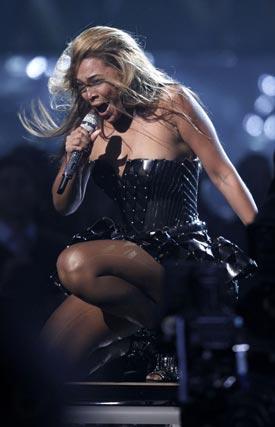 Beyonce, durante su actuación en la 52 gala de entrega de los Grammy. / Reuters
