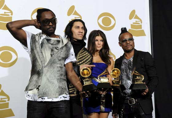 Black Eyed Peas muestran sus Grammy. / EFE