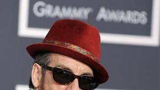 El músico británico Elvis Costello, a su llegada a la gala en Staples Center de Los Ángeles. / EFE