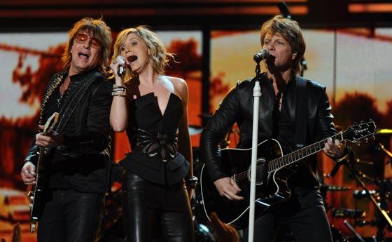 Jennifer Nettles actuando junto a Bon Jovi. / AFP Photo