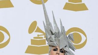 Lady Gaga muestra sus Grammy. / AFP Photo