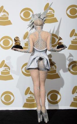 Lady Gaga posa de espaldas con sus Grammy. / Reuters