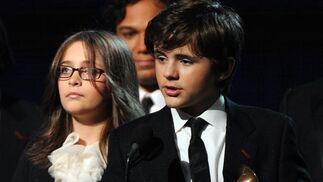 Los hijos de Michael Jackson recogen el premio en reconocimiento a la trayectoria del músico. / AFP Photo