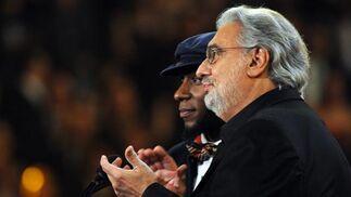 Plácido Domingo y Mos Def presentan el premio a la Mejor Colaboración en la categoría Rap. / AFP Photo