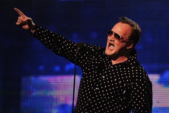El director Quentin Tarantino presenta la actuación de Eminem. / Reuters