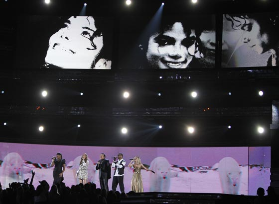ennifer Hudson, Celine Dion, Smokey Robinson, Usher y Carrie Underwood rinden homenaje a Michael Jackson. / Reuters